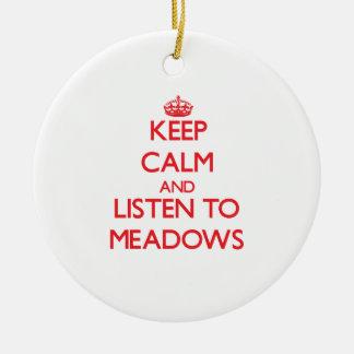 Guarde la calma y escuche los prados ornamento de navidad
