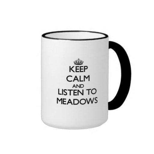Guarde la calma y escuche los prados tazas de café