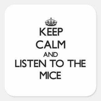 Guarde la calma y escuche los ratones pegatina cuadrada