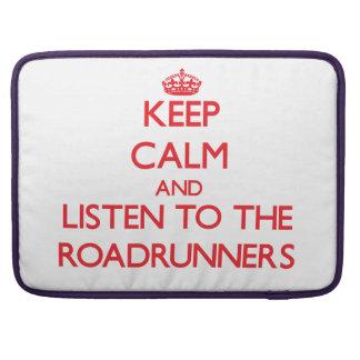Guarde la calma y escuche los Roadrunners Fundas Para Macbooks