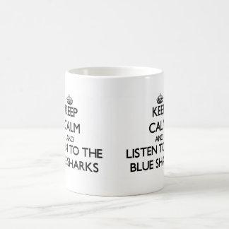 Guarde la calma y escuche los tiburones azules taza básica blanca