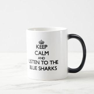 Guarde la calma y escuche los tiburones azules taza mágica
