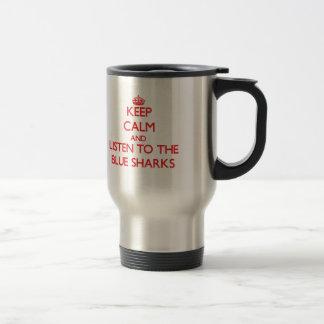 Guarde la calma y escuche los tiburones azules tazas de café