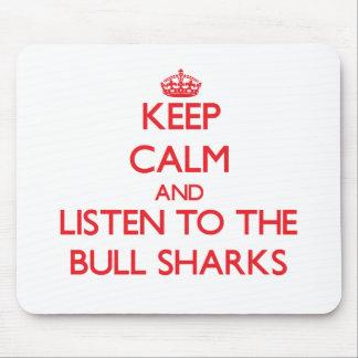 Guarde la calma y escuche los tiburones de Bull Alfombrillas De Ratón