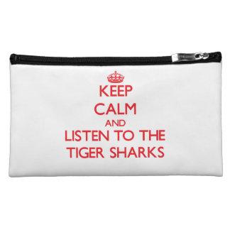 Guarde la calma y escuche los tiburones de tigre
