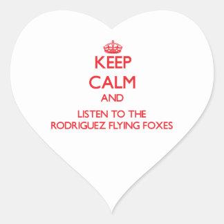 Guarde la calma y escuche los zorros de vuelo de R Pegatina De Corazon