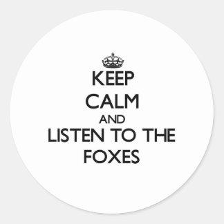Guarde la calma y escuche los zorros pegatina redonda