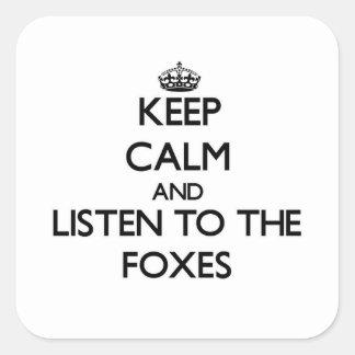 Guarde la calma y escuche los zorros pegatina cuadrada