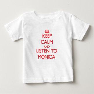 Guarde la calma y escuche Mónica T-shirts