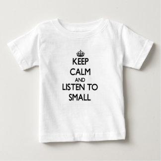 Guarde la calma y escuche pequeño playeras