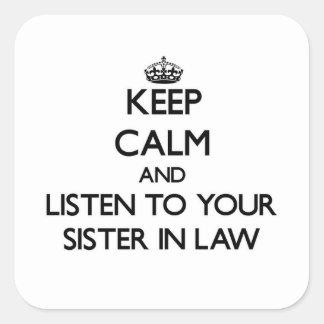Guarde la calma y escuche su cuñada calcomanías cuadradas