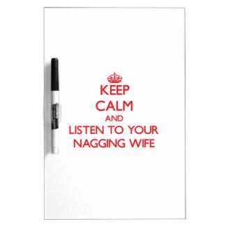 Guarde la calma y escuche su esposa que regaña pizarra
