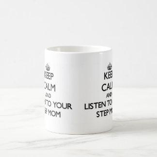 Guarde la calma y escuche su madrastra taza clásica
