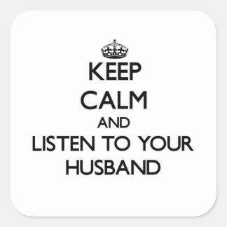 Guarde la calma y escuche su marido pegatina cuadrada