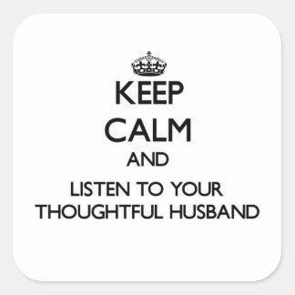 Guarde la calma y escuche su marido pensativo pegatina cuadrada