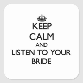 Guarde la calma y escuche su novia pegatina cuadrada