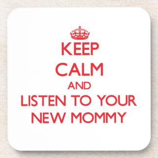 Guarde la calma y escuche su nueva mamá posavasos de bebida