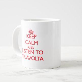Guarde la calma y escuche Travolta Taza Grande
