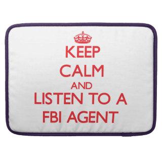 Guarde la calma y escuche un agente del FBI Fundas Para Macbooks