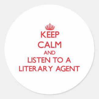 Guarde la calma y escuche un agente literario pegatina redonda