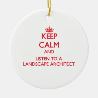 Guarde la calma y escuche un arquitecto paisajista adorno navideño redondo de cerámica