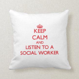 Guarde la calma y escuche un asistente social almohadas
