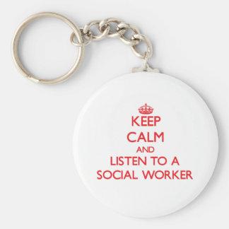 Guarde la calma y escuche un asistente social llavero redondo tipo pin