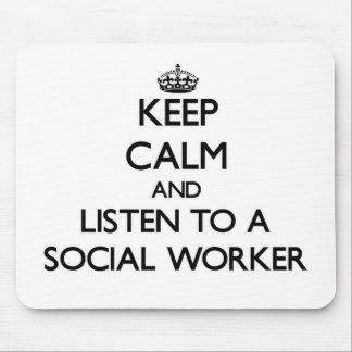 Guarde la calma y escuche un asistente social alfombrilla de raton