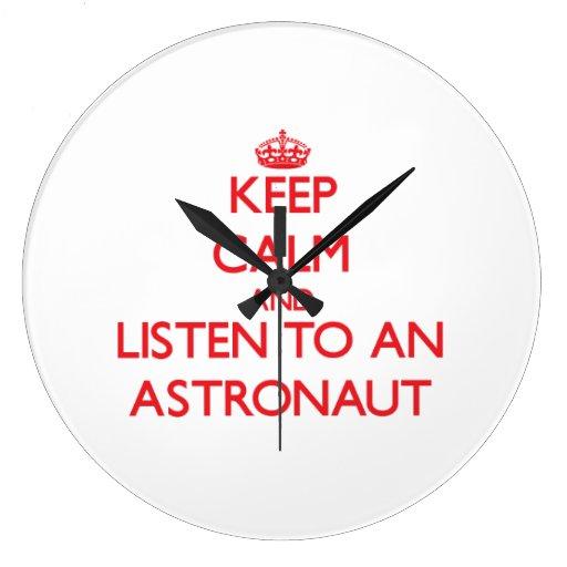 Guarde la calma y escuche un astronauta reloj redondo grande