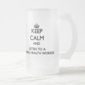 Guarde la calma y escuche un ayudante de sanidad m taza de café