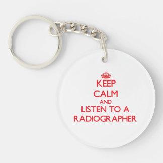 Guarde la calma y escuche un ayudante radiólogo llavero redondo acrílico a una cara