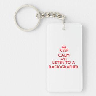 Guarde la calma y escuche un ayudante radiólogo llavero rectangular acrílico a doble cara