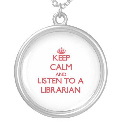 Guarde la calma y escuche un bibliotecario grímpola