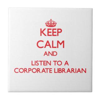 Guarde la calma y escuche un bibliotecario corpora azulejo ceramica