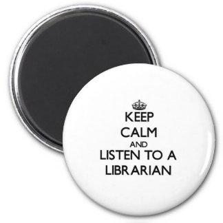 Guarde la calma y escuche un bibliotecario imán redondo 5 cm