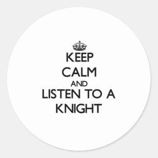 Guarde la calma y escuche un caballero etiqueta redonda