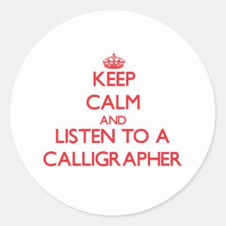 Guarde la calma y escuche un calígrafo pegatina redonda