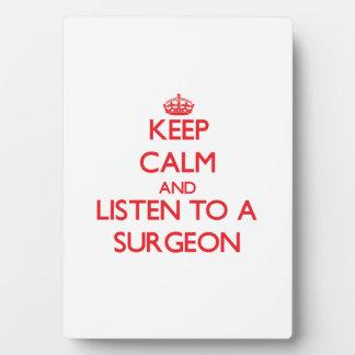 Guarde la calma y escuche un cirujano placa para mostrar