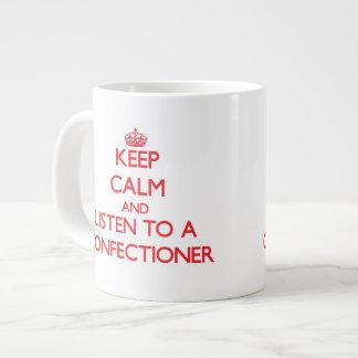 Guarde la calma y escuche un confitero taza grande