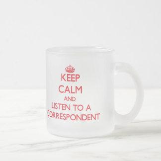 Guarde la calma y escuche un correspondiente taza de café