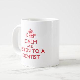 Guarde la calma y escuche un dentista taza jumbo