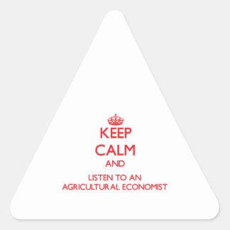 Guarde la calma y escuche un economista agrícola pegatinas triangulo