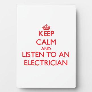 Guarde la calma y escuche un electricista placas de plastico