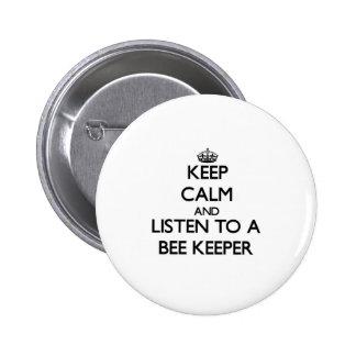 Guarde la calma y escuche un encargado de la abeja pin redondo 5 cm