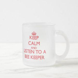 Guarde la calma y escuche un encargado de la abeja taza de cristal