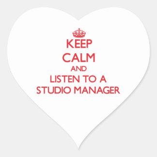 Guarde la calma y escuche un encargado del estudio pegatina en forma de corazón