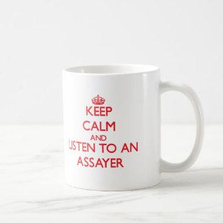 Guarde la calma y escuche un ensayador tazas