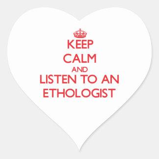 Guarde la calma y escuche un etólogo calcomanías de corazones personalizadas