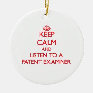 Guarde la calma y escuche un examinador de la pate ornamentos de navidad