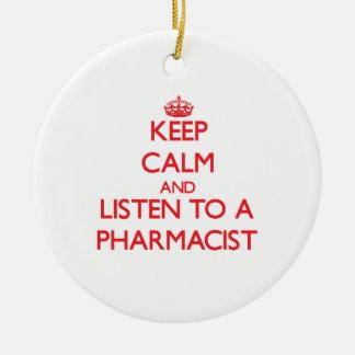 Guarde la calma y escuche un farmacéutico adorno navideño redondo de cerámica